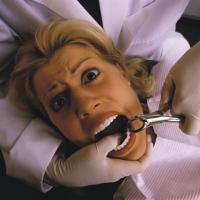 歯を抜かれる女性の画像