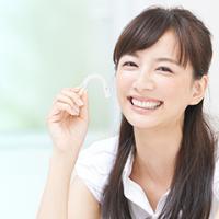 笑顔が綺麗な白い歯の女性